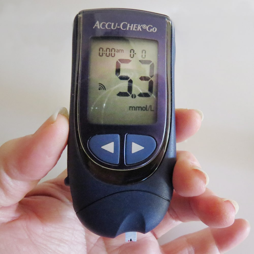 Diabetes und Hand zum Blutzucker messen Unterzucker Hypoglykämie